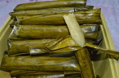 Mely's kitchen: How To make a Perfect Suman - Paulette De Asis - Filipino desserts Easy Filipino Recipes, Filipino Dishes, Filipino Desserts, Asian Desserts, Filipino Food, Biko Recipe, Bibingka Recipe, Japanese Street Food, Thai Street Food