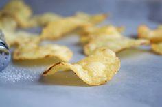 Möchten Sie beim Apéro schon mit einem selbstgemachten Snack brillieren? Dann probieren Sie diese leckeren Kartoffelchips aus!
