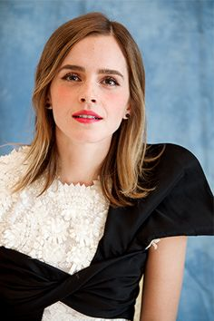 This Is the Reason Emma Watson Doesn't Take Pictures With Fans - Page 11 of 13 - Boredpedia Emma Watson Images, Emma Watson Beautiful, Harry Potter Actors, British Actresses, Hollywood Celebrities, Beautiful Celebrities, Beautiful Women, Beauty And The Beast, Supermodels