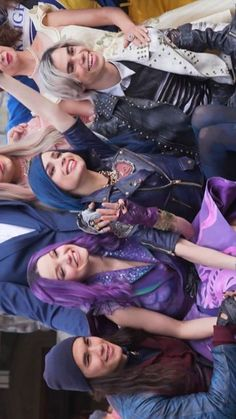 Its a picture of the whole gang mal and evie and carlos and jay The Descendants, Cameron Boyce Descendants, Descendants Characters, Descendants Costumes, Disney Channel Stars, Disney Stars, Film D'animation, Film Serie, Neil Gaiman