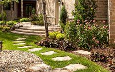 Zahradní chodníky a dlážděné cestičky jsou neodmyslitelnou součástí venkovního prostoru. Pokud máte ovšem rádi neobvyklé a originální věci, zapomeňte na klasickou zámkovou dlažbu. I obyčejný chodník může být designovou záležitostí. Nevěříte? V naší fotogalerii vás o tom přesvědčíme. Chcete-li, aby i vaše zahrada…