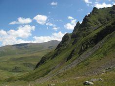 A Kaukázus egy hegység, mely Európa és Ázsia határán húzódik. Egyszerre kelet és egyszerre nyugat. És egyszerre a jelen és egyszerre a múlt.