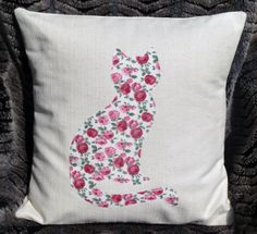 Background of your choice, with an appliqued cat. Applique will be made in a fabric of your choice. Please message me with your requirements.