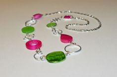 Fuchsia and lime long necklace Modern by LesBijouxLibellule Wire Necklace, Metal Necklaces, Collar Necklace, Beaded Bracelets, Long Necklaces, Aluminum Wire Jewelry, Wire Wrapped Jewelry, Funky Jewelry, Unique Jewelry