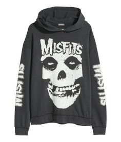 Long-sleeved top in light sweatshirt fabric with a print and lined drawstring hood with a wrapover front. Dropped shoulders, a kangaroo pocket and ribbing a Punk Outfits, Grunge Outfits, Batman Outfits, Black Outfits, Rock T Shirts, Cool Hoodies, Looks Vintage, Look Cool, Alternative Fashion