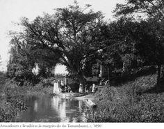 1890 - Atracadouro e lavadeiras às margens do rio Tamanduateí. Foto de Marc Ferrez. Acervo do Instituto Moreira Salles.