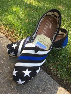 Toms Shoes OFF!> Thin Blue Line Law Enforcement Officer LEO TOMS shoes not only supporting fallen officers but giving a pair to someone in need! I love toms! Police Officer Wife, Cop Wife, Police Wife Life, Police Family, Police Girlfriend, Cool Ideas, Cute Shoes, Me Too Shoes, Boots Chelsea