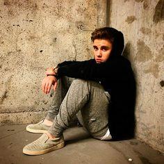 En febrero a Justin se le juntaron dos incidentes con la policía: En uno de ellos fue detenido por la policía por conducción temeraria en Miami y, además, se le acusó de conducir bajo los efectos del alcohol. El otro incidente se produjo cuando una madre acusó a Jutin de robarle el móvil para borrar las fotos que la mujer le había hecho. Pues parece que ya hay sentencia para estos dos casos y Justin se va a librar de ir a la cárcel: En el asunto del robo del móvil, el cantante ha sido