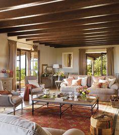 Spanskt hus på Mallorca med ett vardagsrum med mycket charm och takbjälkar!