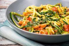 Rezept: Low Carb Zucchini-Spaghetti mit Frischkäse, Basilikum und Tomaten