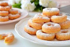 Prosty przepis na pyszne oponki serowe. Idealne na Tłusty Czwartek, szybkie, bez czekania! Sprawdź instrukcję ze zdjęciami krok po kroku na ciastkożercach! Doughnut, Hamburger, Bread, Food, Easter, Cakes, Food And Drinks, Recipies, Cake Makers