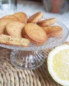 Des petits biscuits secs parfaits pour le thé ou le café healthy et vegan ça vous tente ? J'avais envie de me réaliser des biscuits secs type shortbreads vegan et healthy à grignoter avec le café. Pour mettre au point cette recette je suis partie d'une banane trop mûre. Et voilà le résultat : de petits biscuits à la farine semi-complète (qui donne son petit goût particulier très sympa dans ces biscuits) peu sucrés, avec peu de matière grasse pour la quantité obtenue. Et de délicie...