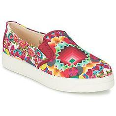 ¿Buscas un nuevo par de slippers? Este modelo está pensado especialmente para mujeres. Su secreto de moda pasa por el corte en textil y su color rojo, un dúo de estilo fuertemente apreciado esta tempo