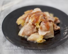 ちょっとした『お惣菜』を盛ったり、取皿に使ったり。。- 玄釉銀彩14cm皿〜李荘窯〜有田焼