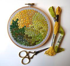 """Brodé Satin cousu point 5"""" Hoop dans les tons de vert et jaune à la main"""