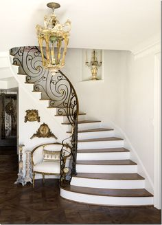 A few weeks ago I showed a house designed by Courtnay Tartt Elias of Creative Tonic. Courtnay is a very in-demand interior des. Staircase Interior Design, Luxury Staircase, Small Staircase, Home Interior Design, Interior Architecture, Iron Stair Railing, Staircase Railings, Staircases, Iron Staircase
