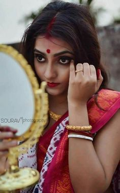 Beautiful Indian Bride wearing a mascara in her eyes. Bengali Bride, Bengali Saree, Bengali Wedding, Indian Sarees, Pakistani, Indian Eyes, Indian Photoshoot, Wedding Photoshoot, Photoshoot Ideas