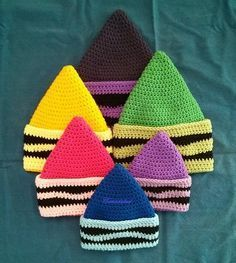 Crochet Beanie Design Crayon hat crochet pattern by Canadaked Designs on LoveCrochet - The end of August means kids and teachers are going back to school. Be prepared with these excellent back to school crochet patterns! Dino backpack by Crochet Kids Hats, Crochet Beanie Hat, Crochet Cap, Cute Crochet, Crochet Scarves, Crochet Crafts, Crochet Projects, Crocheted Hats, Knit Hats