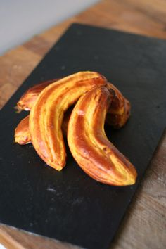 Banana Buns: sweet bun dough around a fresh banana filling. Best of all, they look like bananas! Best Bread Recipe, Bread Recipes, French Baguette, Sweet Buns, Cooking Bread, Dessert Recipes, Desserts, Bacon, Sweet Treats