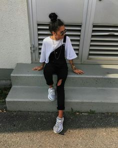 There Is Endless Street Style Inspiration for How to Make Ripped Jeans Look Chic AF Ripped Jeans Outfit Ideas: 29 Street Style Looks How To Make Ripped Jeans, Ripped Jeans Look, Cute Ripped Jeans Outfit, Yeezy Outfit, Today's Outfit, Black Overalls Outfit, Hijab Outfit, Look Fashion, Teen Fashion