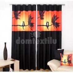 Čierny záves na okná s oranžovo-žltým obrázkom milencov na palme pri západe slnka Curtains, Shower, Prints, Home Decor, Insulated Curtains, Homemade Home Decor, Blinds, Rain Shower Heads, Draping