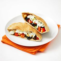 Greek Pita Pockets with Tzatziki Sauce The Beach Body Boot Camp Diet: Lunch Recipes Under 400 Calories Healthy Recipes, Skinny Recipes, Lunch Recipes, Diet Recipes, Healthy Snacks, Healthy Eating, Cooking Recipes, Yummy Recipes, Recipies