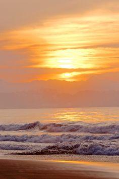 Somos náufragos que empujan las olas hasta llegar a la playa, eso no es vivir si no caer, se levantan para anclar con pasos tartamudos hasta quedar extenuados, pero no derrotados...