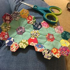 It's a hexie garden! Quilting Projects, Quilting Designs, Sewing Projects, Hexagon Quilt Pattern, Quilt Patterns, Liberty Quilt, Foundation Paper Piecing, Hand Quilting, Flower Crafts