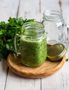 Grüner Smoothie mit Petersilie - Für 2 große Gläser      1 Bund glatte Petersilie     2 Bananen     2 Äpfel     250 ml Wasser