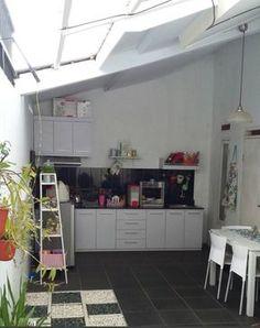 Area belakang seluas 7,5m2 x 3,5m2 disiasati Kanya dengan penggunan kitchen set yang efektif tidak memakan banyak ruang.