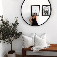 minimaler Boho-Eingang Entryway Decor Ideas BohoEingang Eingang Home livingroomdeco minimaler Style Decoration Inspiration, Room Inspiration, Decor Ideas, Decoration Pictures, Style At Home, Large Round Mirror, Circular Mirror, Round Mirrors, Living Room Decor