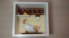 Nicho para banheiro ou lavabo, feito em madeira MDF,pintado com tinta PVA, miniaturas de resina pintada e envernizada, bijú, flores artificias,tecidos, diversos papéis,etc.Nicho envernizado e com vidro de proteção.