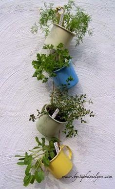 Hoje existe solução pra tudo. Uma horta num apartamento pequeno ou em uma casa sem muito espaço, sim, isso é possível. A horta vertical ch...
