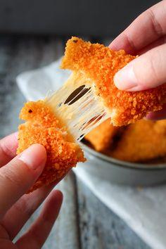 Doritos Grilled Cheese Bites – omvendte nachos grilled cheese style. Jeps - omvente nachos! Osten indeni og chipsen udenpå. #nachos #chips #ost #snack #doritos