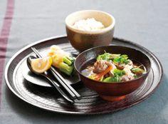 """チアシードやキヌアなどのスーパーフードもいいけれど、日本人にはやっぱり完全栄養食材と呼ばれる味噌を使ったお味噌汁が一番!今回は具がたっぷり入って、これだけで大満足な""""おかず味噌汁""""のレシピをご紹介します。"""