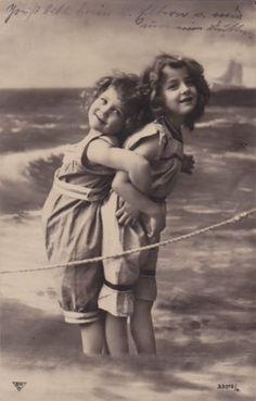 1909-Adorable-Edwardian-Girls-Grete-Reinwald-Sister-at-the-Sea-original-pc