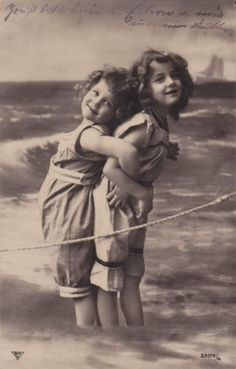 1909-Adorable-Edwardian-Girls-Grete-Reinwald-Sister-at-the-Sea-original-pc