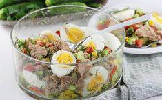 Najlepszy przepis na sałatkę z tuńczykiem z puszki. Bardzo dekoracyjna i super smaczna sałatka z tuńczykiem i jajkiem na twardo oraz kukurydzą z puszki to świetny pomysł nie tylko na obiad, ale i kolację fit. Lunch Recipes, Salad Recipes, Diet Recipes, Vegan Recipes, Good Food, Yummy Food, Keto Meal Plan, Tasty Dishes, Food Porn