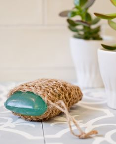DIY massage scrub or also: knitted soap bag : This little wellness helper is really knitted in no time – from Paketschnur! The new shell for the favorite soap shows clearly its rough side, but in return provides for velvety skin and pleasant relaxation. Crochet Whale, Diy Soap Pouches, Handmade Soap Recipes, Soap Packaging, Skin So Soft, Sustainable Living, Easy Crochet, Candle Jars, Scrubs