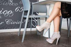 Serata con le amiche, un aperitivo al bar. I tacchi alti sono insostituibili e fanno veramente la differenza.