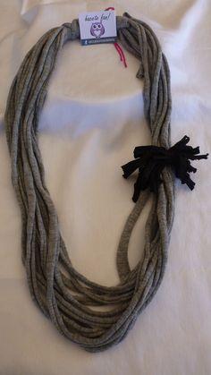 collar en tela gris con aplique de color negro