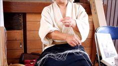 大麻繊維研究家高安氏による大麻糸績みの実演 Japanese traditional hand spun hemp yarn