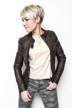 Tips for short sexy hair What do you feel about short hair? Short hair give a woman a s frisuren frauen hair hair women Pixie Cut Blond, Blonde Pixie Haircut, Short Blonde Pixie, Short Pixie Haircuts, Cute Hairstyles For Short Hair, Pixie Hairstyles, Short Hair Styles, Choppy Haircuts, Choppy Bobs