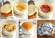 Verwarm de oven voor op 180 graden. Snijd de bovenkant van de bollen af en verwijder een deel van de binnenkant. Beleg nu de bollen elk met een plakje ham. Probeer hierbij de ham heel te houden zodat het ei niet kan doorlekken. Breek daarna het ei boven de bol en beleg het geheel met een laagje kaas en eventueel nog wat spek. Plaats nu het deksel weer bovenop de bol en pak het geheel in met aluminiumfolie. De broodjes kunnen nu de oven in. Na 15 minuten zijn de bollen klaar. Besprenkel met…