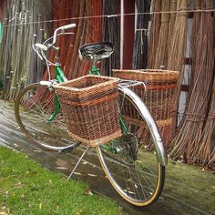 DIY Pannier--Wicker baskets zip-tied to bicycle! Bicycle Basket, Bike Baskets, Bike Panniers, Wood Bike, Cycling Accessories, Tree Designs, Vintage Bicycles, Grocery Store, Family Picnic