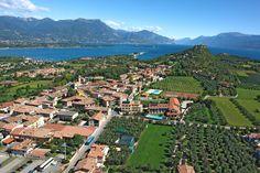 Resort Hotel am Gardasee in Manerba del Garda direkt am See. Die Ferienanlage bietet Ferienwohnungen, Restaurant, Wellnessanlage und Schwimmbad. Familien und Kleintiere willkommen