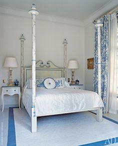 Хозяйская спальня. В ее оформлении решили использовать барочные детали.