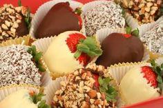 Morangos de Páscoa. Morangos deliciosos e lindos para presentear em caixinhas decoradas e até mesmo para enfeitar bolos e tortas.    Mais receitas em: http://www.receitasdemae.com.br/receitas/morangos-de-pascoa/