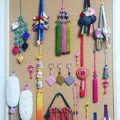 출처: bia' Instagram 규방공예 More Macrame Art, Macrame Knots, Micro Macrame, Diy And Crafts, Arts And Crafts, Korean Art, Couture Details, String Art, Fabric Art