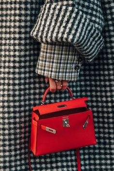 Hermes Kelly Bag + Women's Designer Handbag + Fashion Trend + Luxury – bolsos de mujer Hermes Kelly Taschen, Hermes Kelly Bag, Hermes Bags, Hermes Handbags, Street Style Fashion Week, Street Style Chic, Cool Street Fashion, Red Bags, Cloth Bags